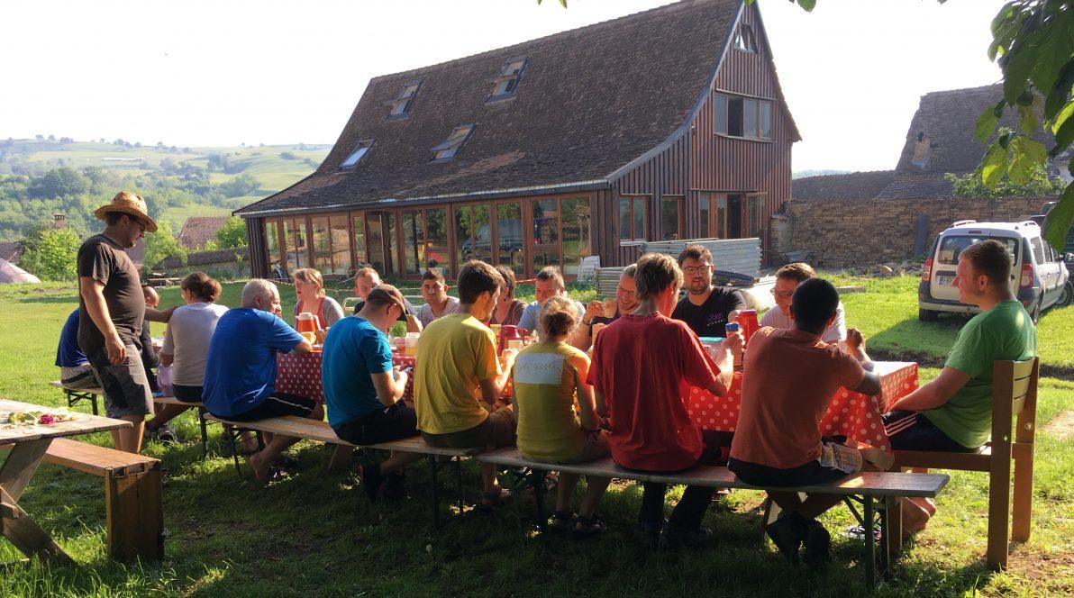 Freizeitgruppe des CVJM-Sachsen beim Frühstück in Arkeden